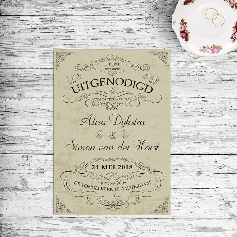 Een elegante trouwkaart, een sierlijk ontwerp met prachtige lettertypes in een retro stijl.