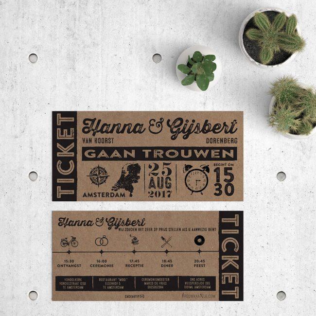 Voor- en achterkant van trouwkaart Ticket op kraft. Trouwkaart Ticket op kraftpapier, een ontwerp in vintage ticket stijl met leuke icoontjes-tijdlijn.