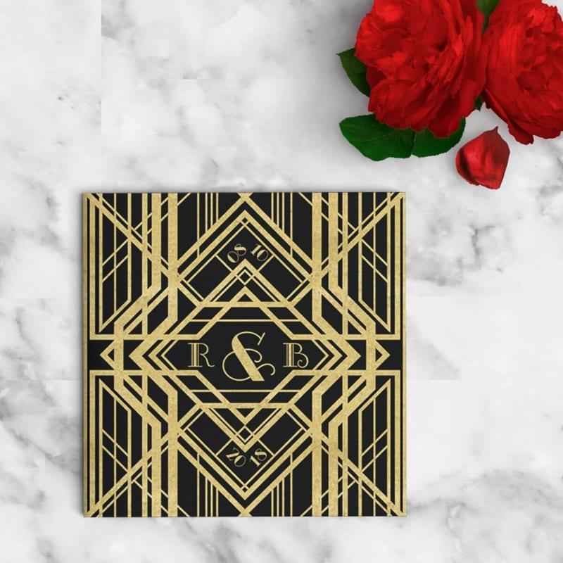 Mooie great gatsby geïnspireerde art deco patronen in goud stijl. Voorzijde van trouwkaartje Great Gatsby II.