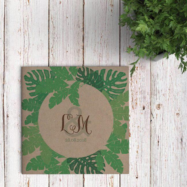 Speciaal ontworpen voor een prachtige fotoshoot—Secret Garden op kasteel Ophemert—trouwkaart Bladeren op Kraft presenteert als het ware een doorkijkje tussen de bladeren naar een romantische bruiloft in de natuur.