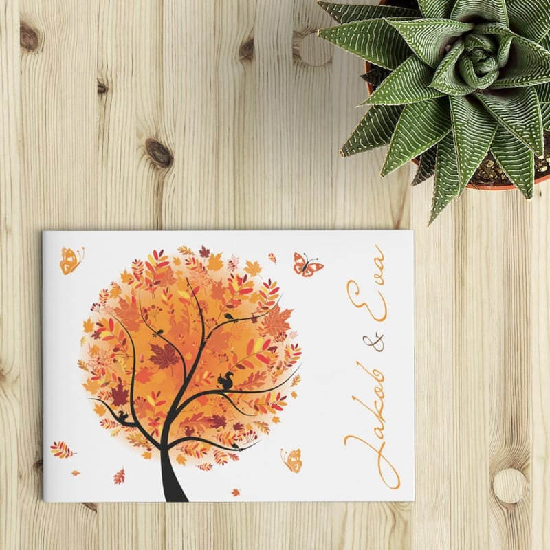 Een vrolijk geïllustreerde boom in herfstkleuren, dat is Trouwkaart Herfst in een notendop. De oranje en roodtinten geven meteen een heus