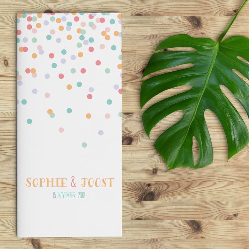 Trouwkaart Confetti is feestelijk ontwerp, waarbij er verschillende kleuren confetti naar beneden komt dwarrelen. Een handgeschreven font voor de namen.