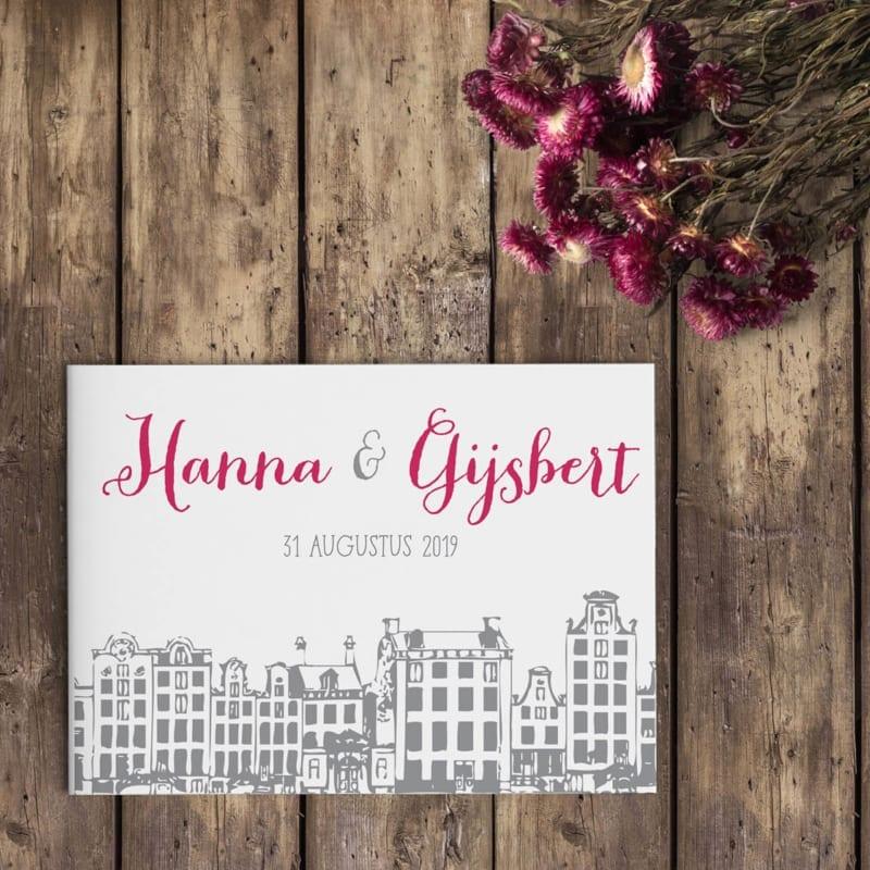 Trouwkaart Amsterdam is een ode aan onze geliefde stad van oorsprong. De herenhuizen en een spectaculair lettertype maken van dit ontwerp een juweeltje.