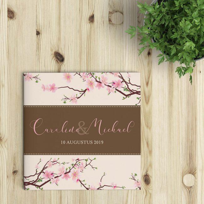 Trouwkaart Kersenbloesem, een ontwerp rond deze prachtige roze bloemen. Gedetailleerde illustraties, een prachtig sierlijk lettertype.
