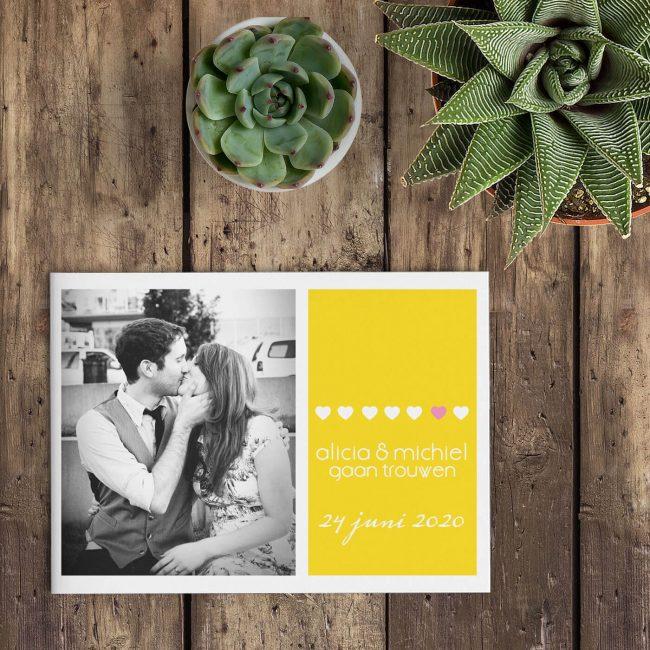 De mooie lettertypes en de speelse manier waarop alles met elkaar is verweven maken van trouwkaart Geel een bijzondere trouwkaart Gele accentkleur.