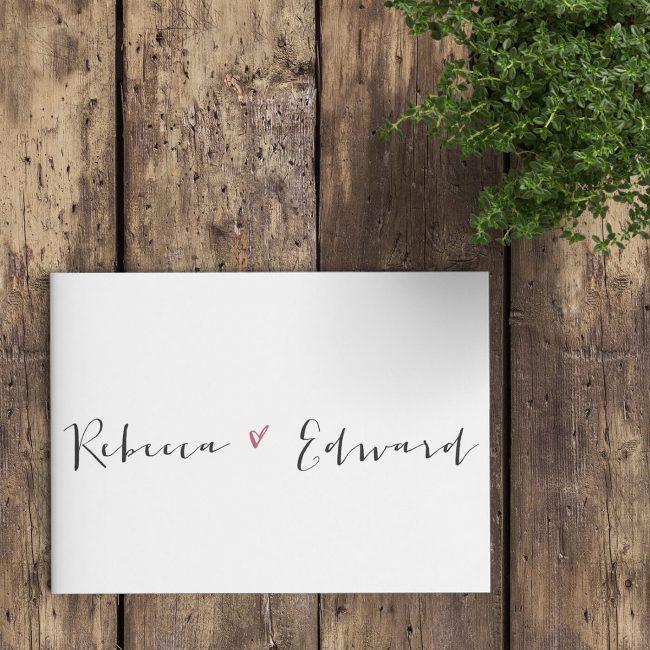 Trouwkaart Kalligrafie maakt voor het ontwerp volledig gebruik van een prachtig, handgeschreven lettertype op een witte achtergrond; eenvoudig en stijlvol.