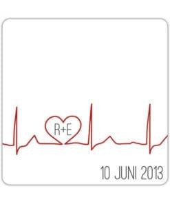 Bierviltje Hartslag Liefde speelt op grappige wijze met een hartje verwerkt in een hartslag-diagram. Jullie initialen staan in het hartje.