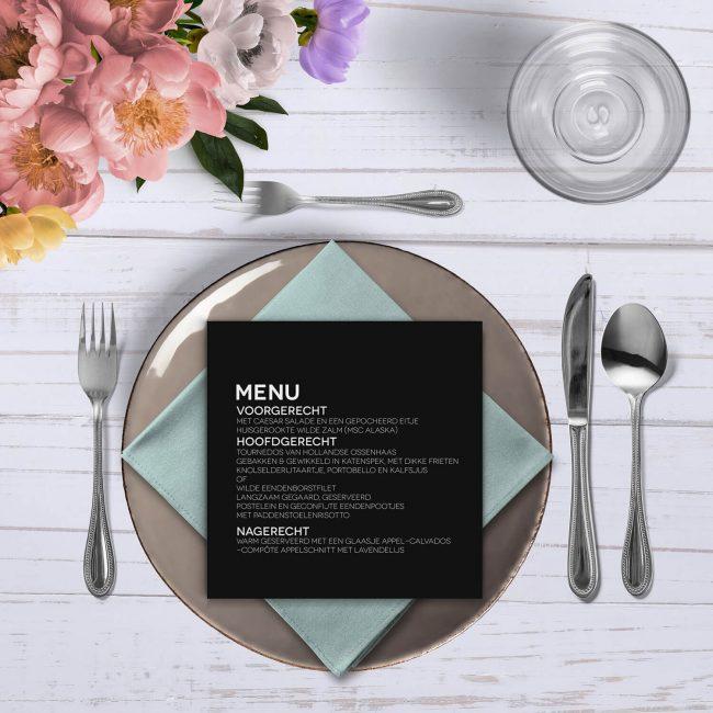 Menukaart Abstract Zwart is vormgegeven met een zwart-wit kleurschema en volgt de minimalistische stijl van de trouwkaart.