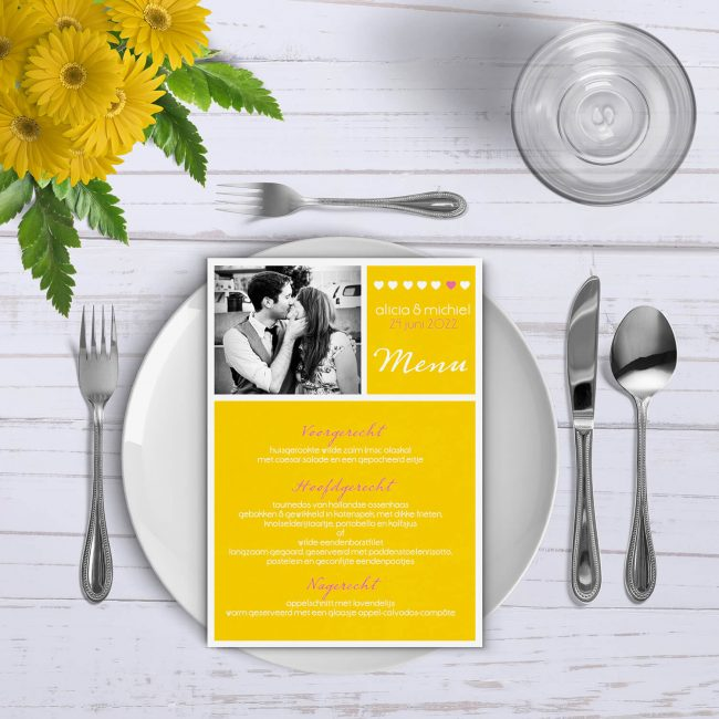 Menukaart Geel ! is een fris en modern ontwerp waarbij een foto van jullie een mooie plek inneemt op de voorkant, boven het menu.