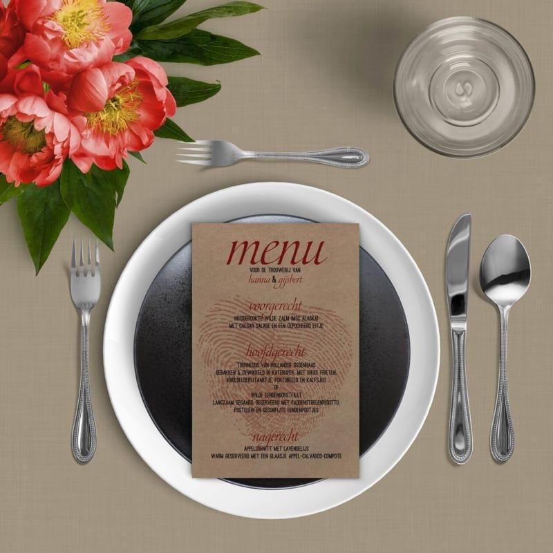 Menukaart Vingerafdrukken op kraftpapier presenteert het hart van vingerafdrukken als watermerk achter het menu.