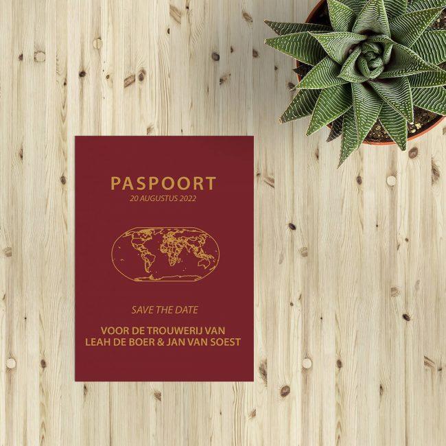 Save the date kaart Paspoort is vormgegeven naar het voorbeeld van een Nederlands paspoort, volledig in het thema van een bruiloft.
