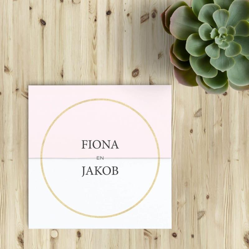 Trouwkaart Gouden Ring is ontworpen als minimalistisch statement: gouden cirkel op midden van kaart, daar staan jullie namen of eventueel jullie initialen.