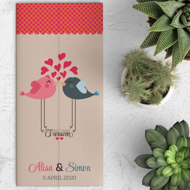 Love Birds is een drieluik trouwkaart met een stel schattige vogels, één op elke flap, links en rechts, die elkaar kussen als het kaartje dicht is.