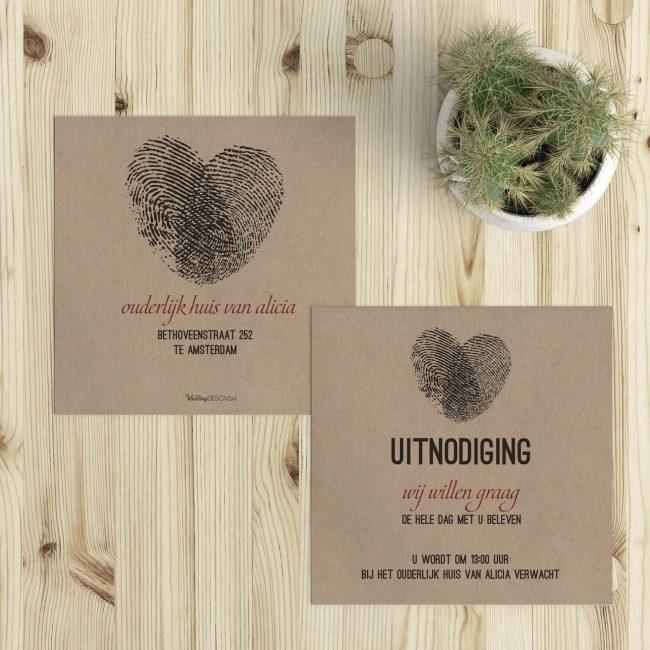 Leuk extra kaartje gedrukt op natuurlijk gerecycled kraftpapier. Illustratie bestaat uit 2 vingerafdrukken die een hart vormen.