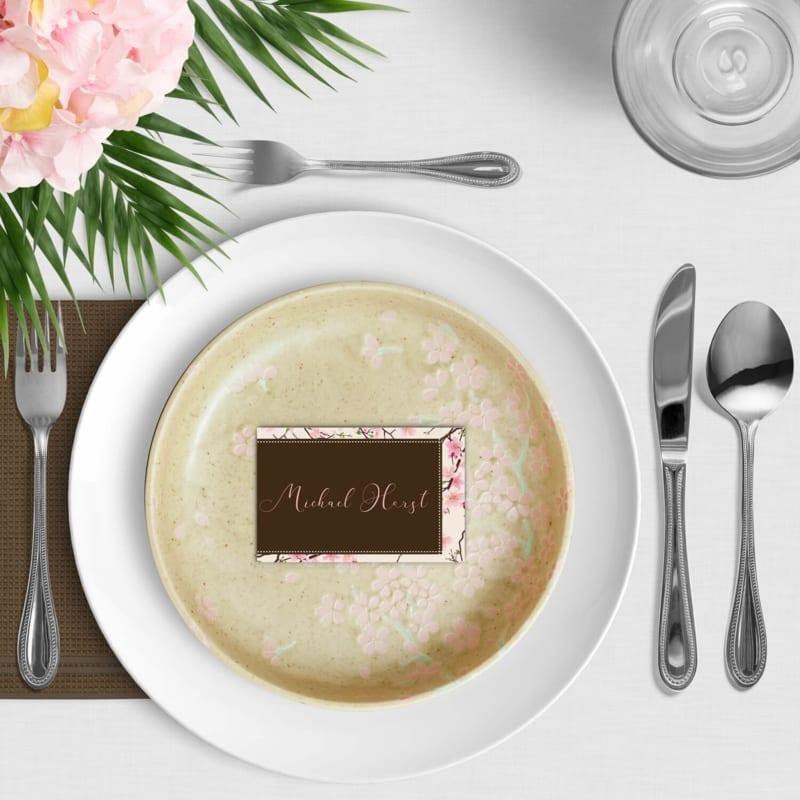 Naamkaartje Kersenbloesem - de prachtige roze kersenbloesems framen dit ontwerp. Bijzonder font voor de naam van de gasten.