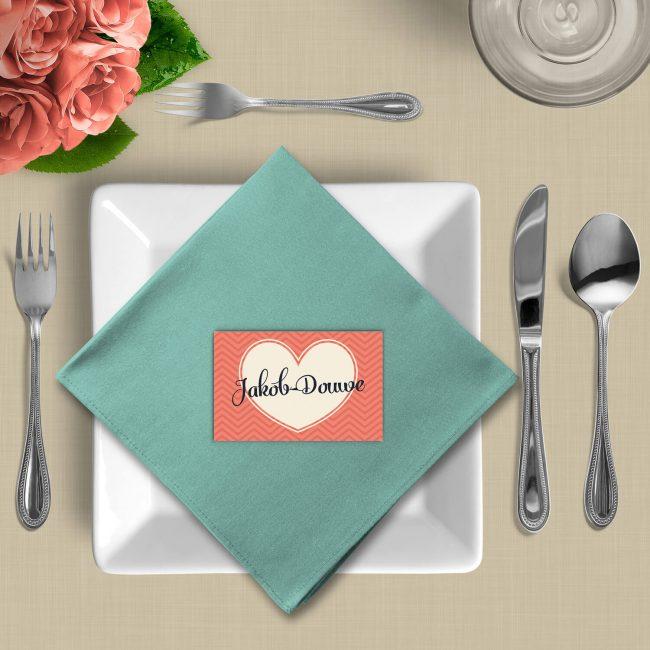 Naamkaart Love volgt het ontwerp van de trouwkaart, met prachtige patronen, lettertypes en zachte, romantische kleuren.