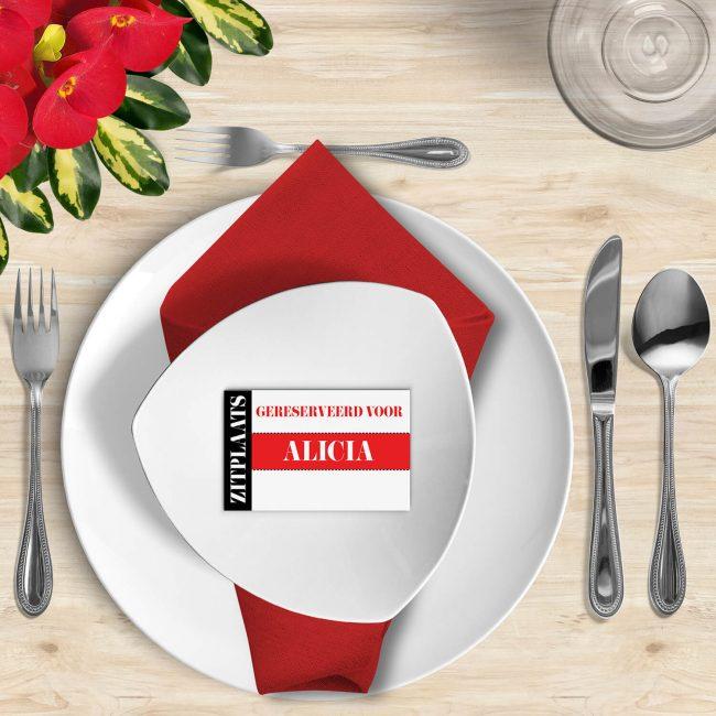 Naamkaart Moderne Toegangskaart is een super strak ontwerp met een opvallend rood kleur-accent. Sluit aan bij de trouwkaart.
