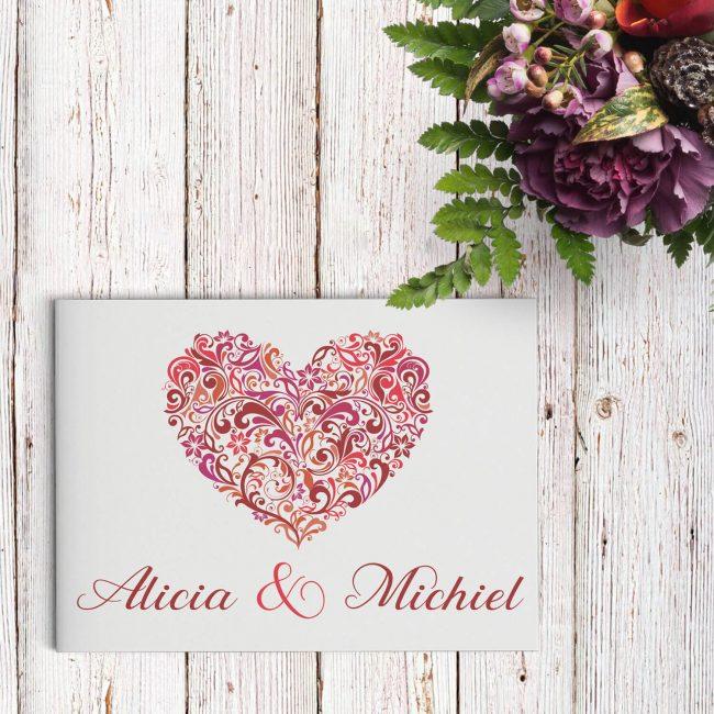 Trouwkaart Hart, de naam zegt het al: een groot, sierlijk en gedetailleerd hart staat centraal op de voorkant. Het symbool van de liefde.