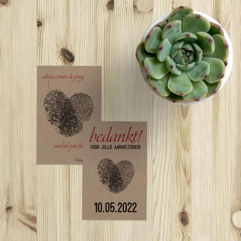 Bedankje Vingerafdrukken II op kraftpapier is een klein kaartje dat je aan een bruidssuiker kunt hangen. De afdrukken vormen een hart.