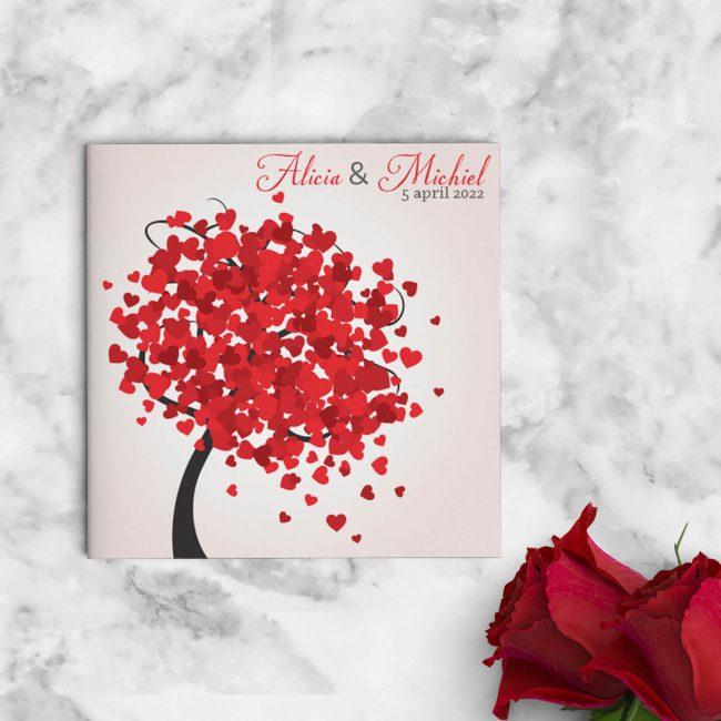 Vrolijke, romantische boom met allerlei rode hartjes als blaadjes. Trouwkaart Hartjes Boom is in moderne, romantische stijl vormgegeven. Afbeelding toont de voorkant van de trouwkaart.