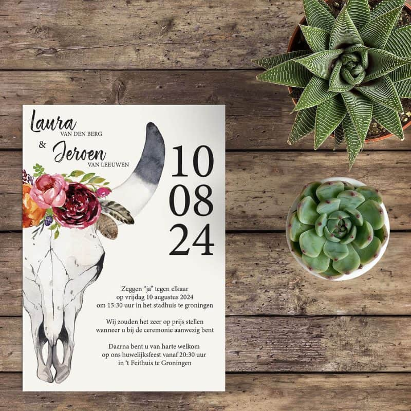 Trouwkaart Boho Buffel Schedel is een origineel kaartje. De bohemian schedel met hoorns en bloemen zorgt voor een hele specifieke sfeer.