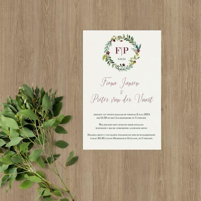 Trouwkaart Klassieke Krans heeft een traditionele look. Een mooi monogram, gemaakt van verstrengelde bladeren en bloemen en de initialen.