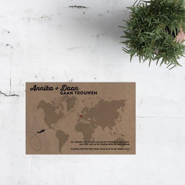 Trouwkaart Wereldkaart op Kraftpapier is een internationale uitnodiging met een wereldkaart waarop je de trouwlocatie aangeeft met hartje.