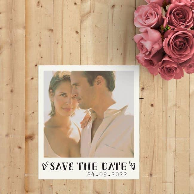Save the date kaart Retro Polaroid imiteert de stijl van zo'n ouderwetse polaroid, door de plaatsing en framing van jullie foto op de voorkant. Tevens wordt er een retro filter toegepast.